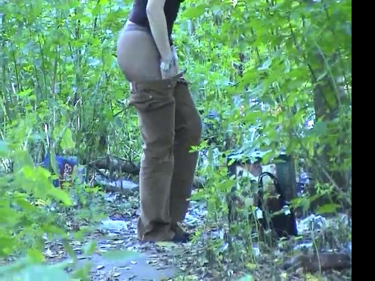 Проститутка переодевается в кустах