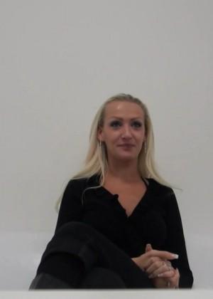 Блондинка Ольга раздевается на кастинге