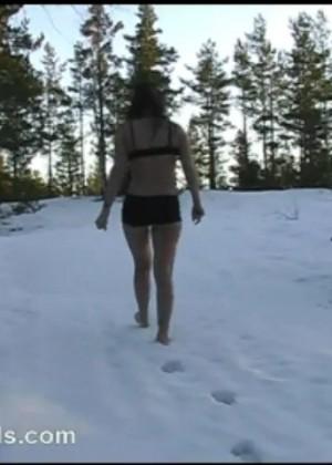 Замерзла, гуляя по лесу в бикини зимой