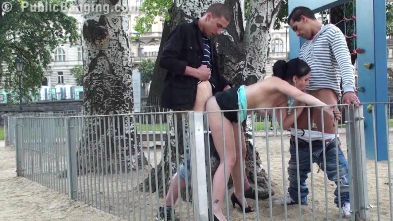 Двое парней ебут симпатичную телку на спорт площадке