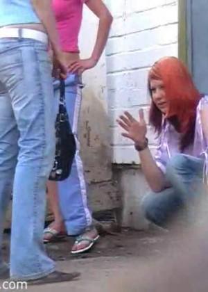 Пьяная студентка ссыт за гаражами