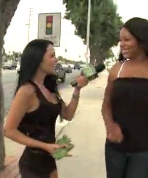 Девка предлагает другим девкам потрахаться за деньги