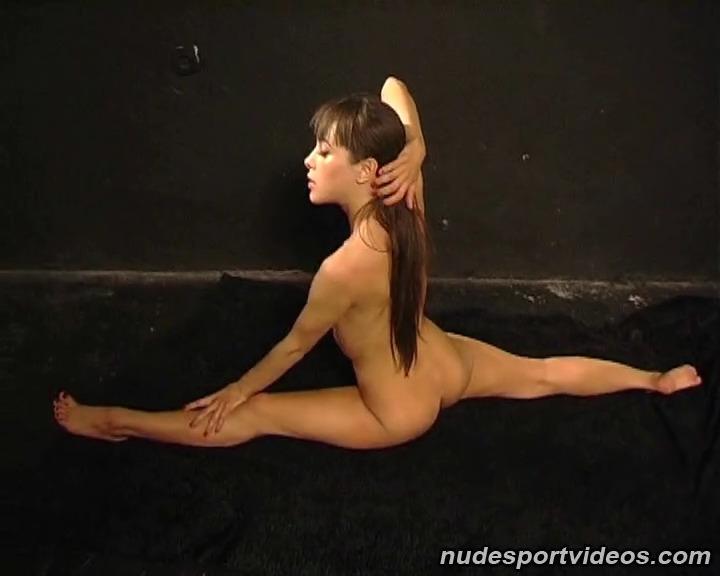 Голая девушка гимнастка делает зарядку