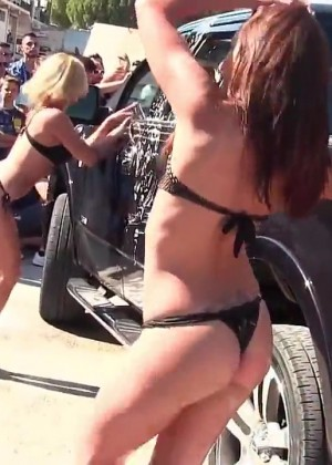 Порнозвезды моют машину