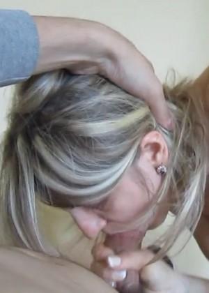 Опытная женщина с небольшими сиськами делает минет