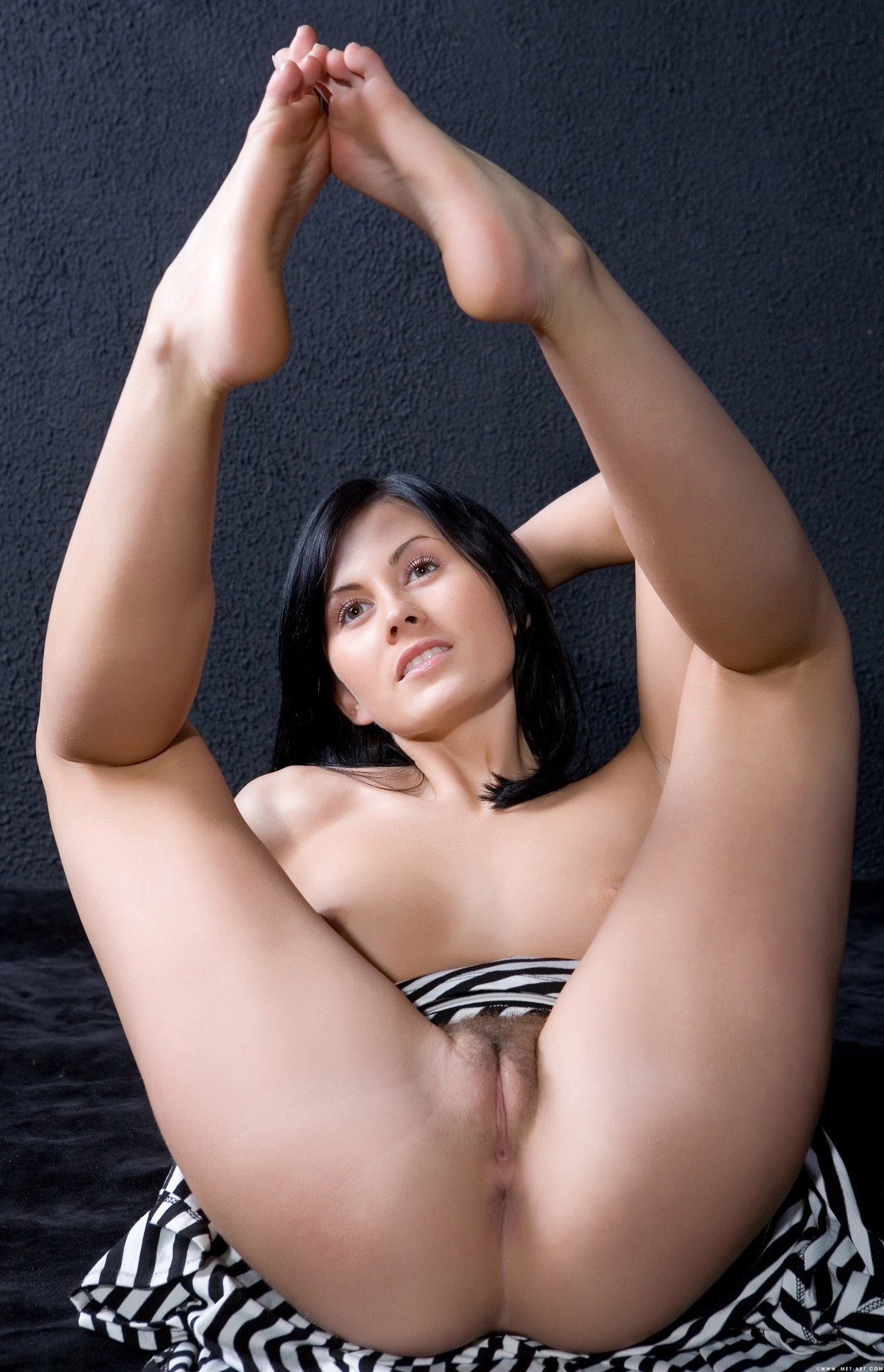 Задрав ножки, гибкие телки показывают дырочки - компиляция 19