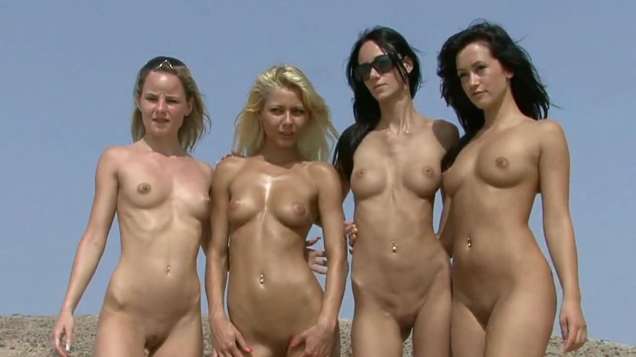 Эро модели позируют на пляже в бикини и без