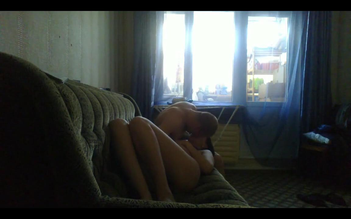 Лысый мужчина чпокает жену на диване