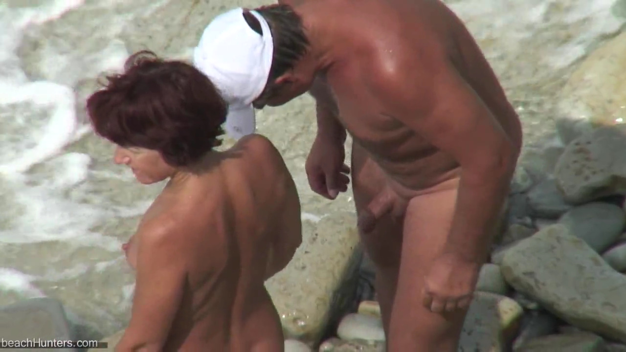 Жена подрочила мужу на берегу моря