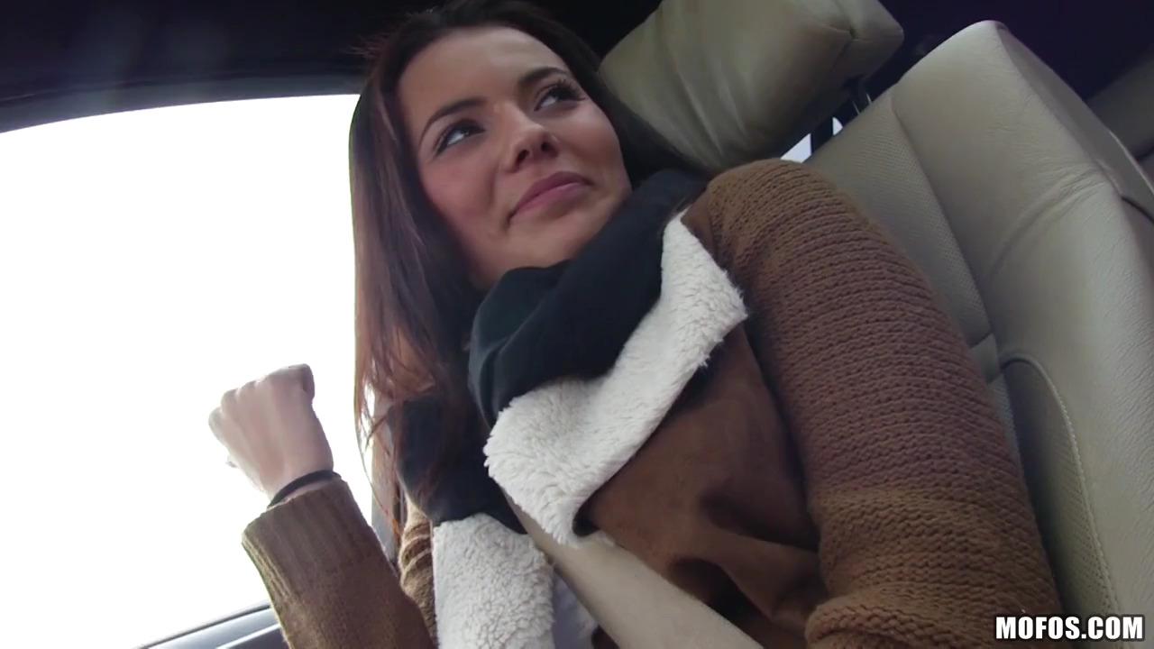 Прикольная итальянка Vanessa Decker перепихнулась в машине с малознакомым мужчиной