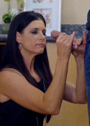 Сочная брюнетка India Summer соблазнила бойфренда своей кузины Emma Hix и впоследствии научила их правильно трахаться