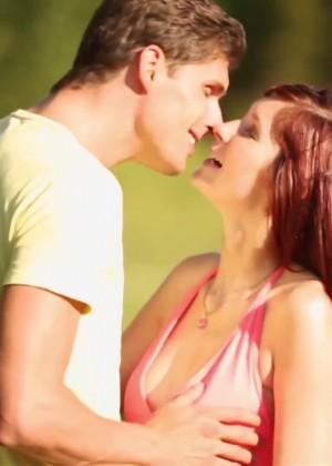 Секс со стройной рыжей девушкой в лесу