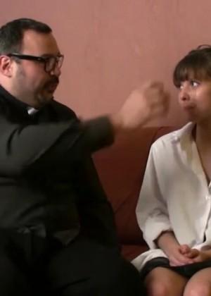 Уродливый мужик уломал испанскую студентку на потрахаться
