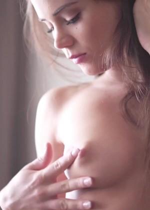 Милая Кэприс занимается сексом в чулках