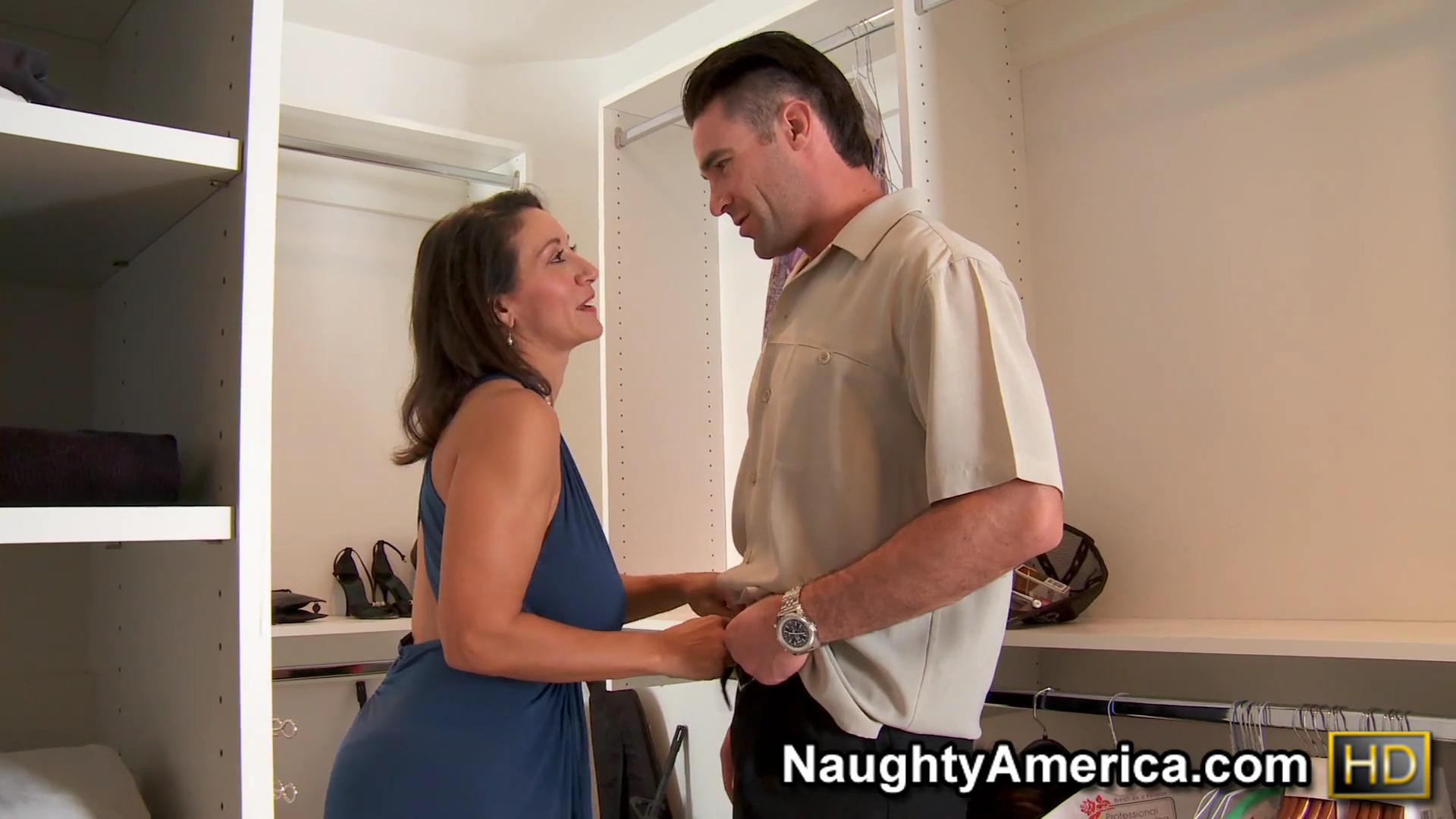 Опытная женщина с волосатой пиздой занимается сексом с соседом