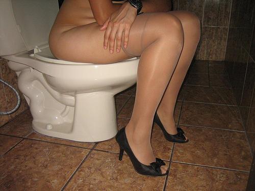 Женщины в туалете - компиляция 17