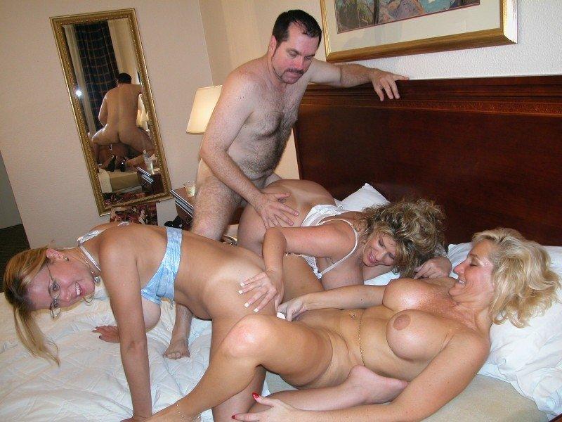 Групповая оргия зрелых свингеров на одной кровати