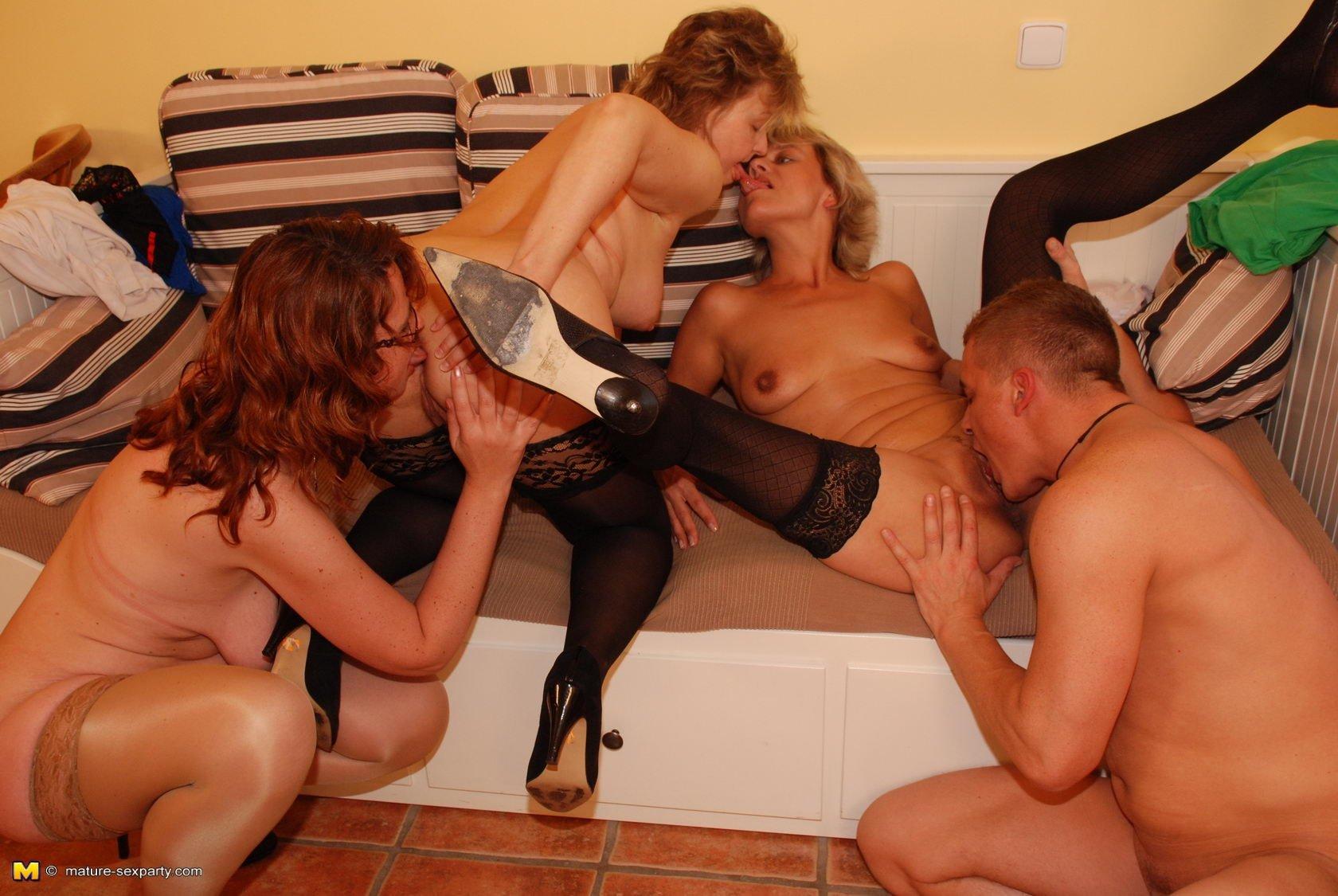 Групповое Порно Зрелых Женщин С Молодыми Ребятами