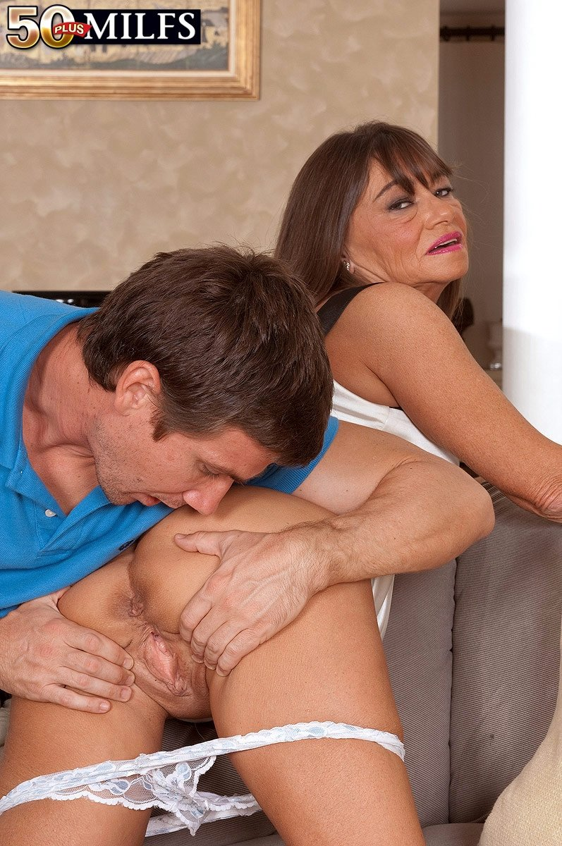 Зрелая дама присоединилась к сексу молодых порно фото бесплатно